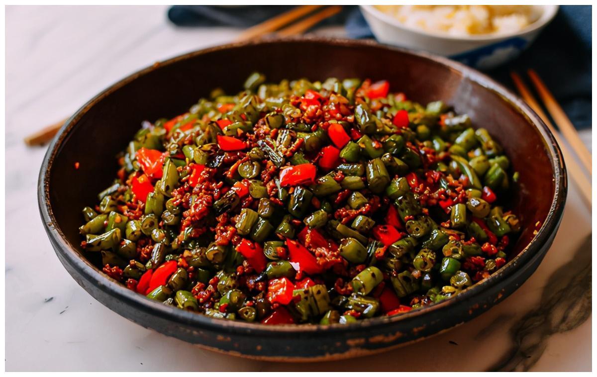 四季豆不过油,表面微焦有肉香,还能化湿健脾,吃这菜米饭得备足