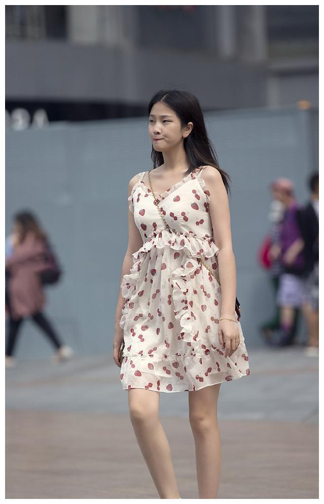 连衣裙的装扮穿出干练气质,穿出女性独有风格,打造时尚潮流感