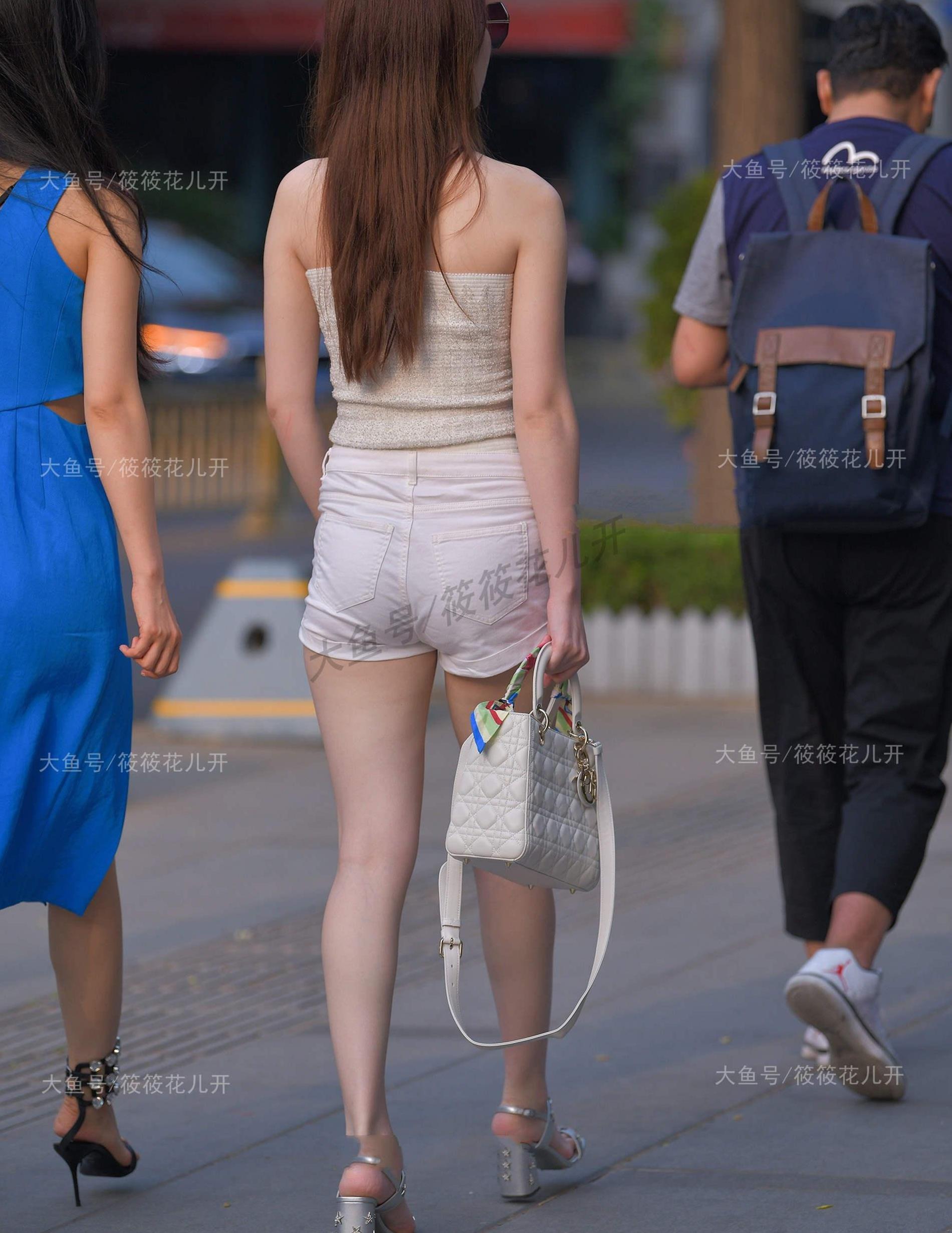 蓝色连体裙VS抹胸配短裤,一个时尚优雅,一个简单大方