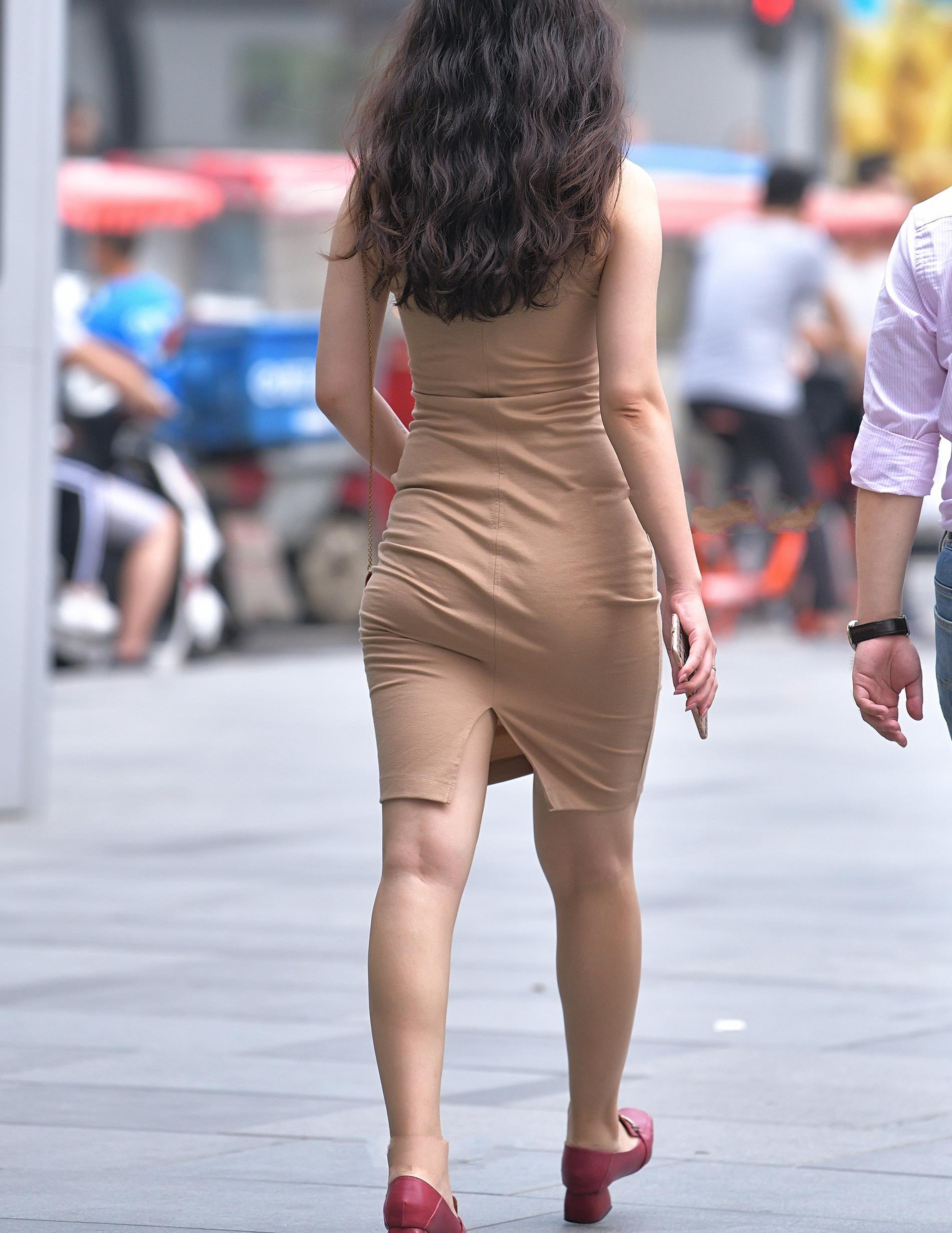 肉色修身连衣裙搭配红色浅口鞋,经典百搭,尽显优雅大气