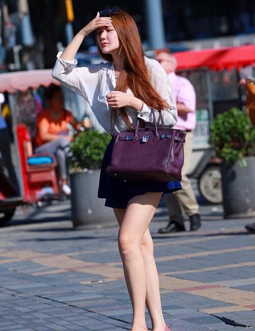短裙是美女最喜欢的夏季单品,搭配高跟鞋带来不一样的时尚风情