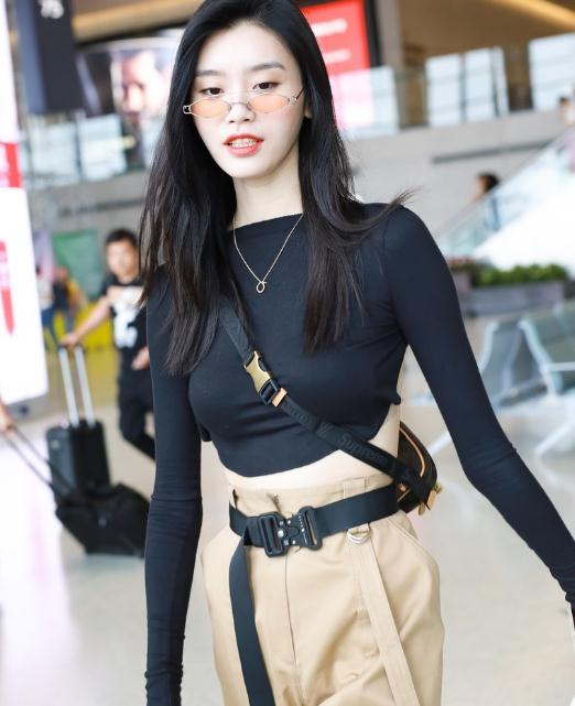 奚梦瑶跟传统的阔太不一样,穿露胃装+工装裤,勒条皮带就出门