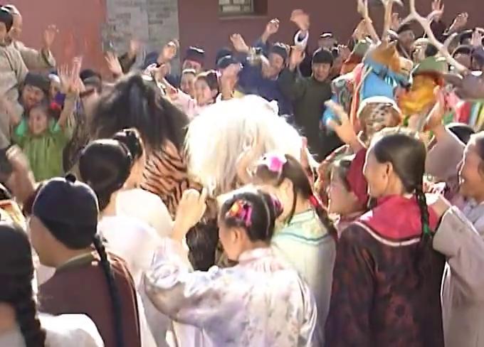 西藏土司率赛娅公主朝圣上,小燕子好奇非要偷看拉都拉不住