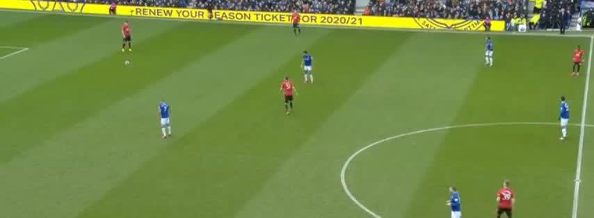 巨大失误!德赫亚开大脚被对手挡进球门了