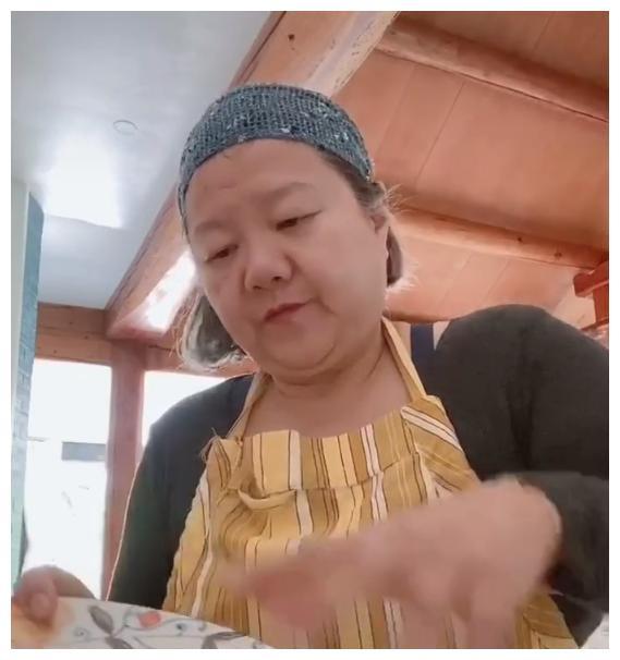 陈凯歌前妻洪晃直播卖合成牛排,被网友抨击,一句话霸气怒怼