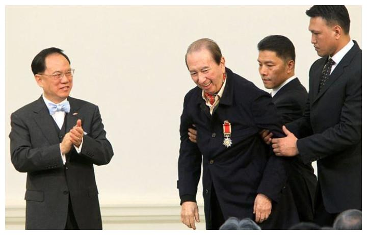 """98岁赌王何鸿燊去世,68岁洪金宝近况,""""无力起身""""惹人忧"""