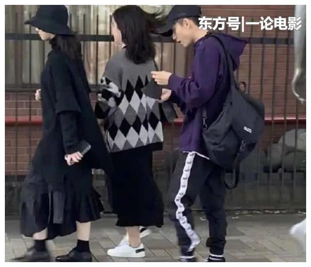 张一山与2位美女同游日本,3人行,全程低调超甜