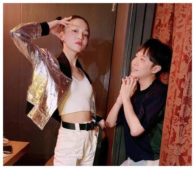 张韶涵日常太华丽!好友吃饭穿银色反光外套,被吴青峰吐槽太时尚