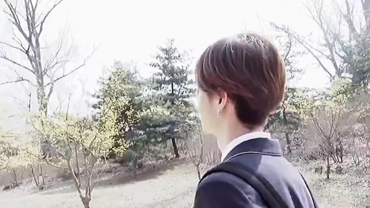 王一博穿上校服太像漫画里的少年了