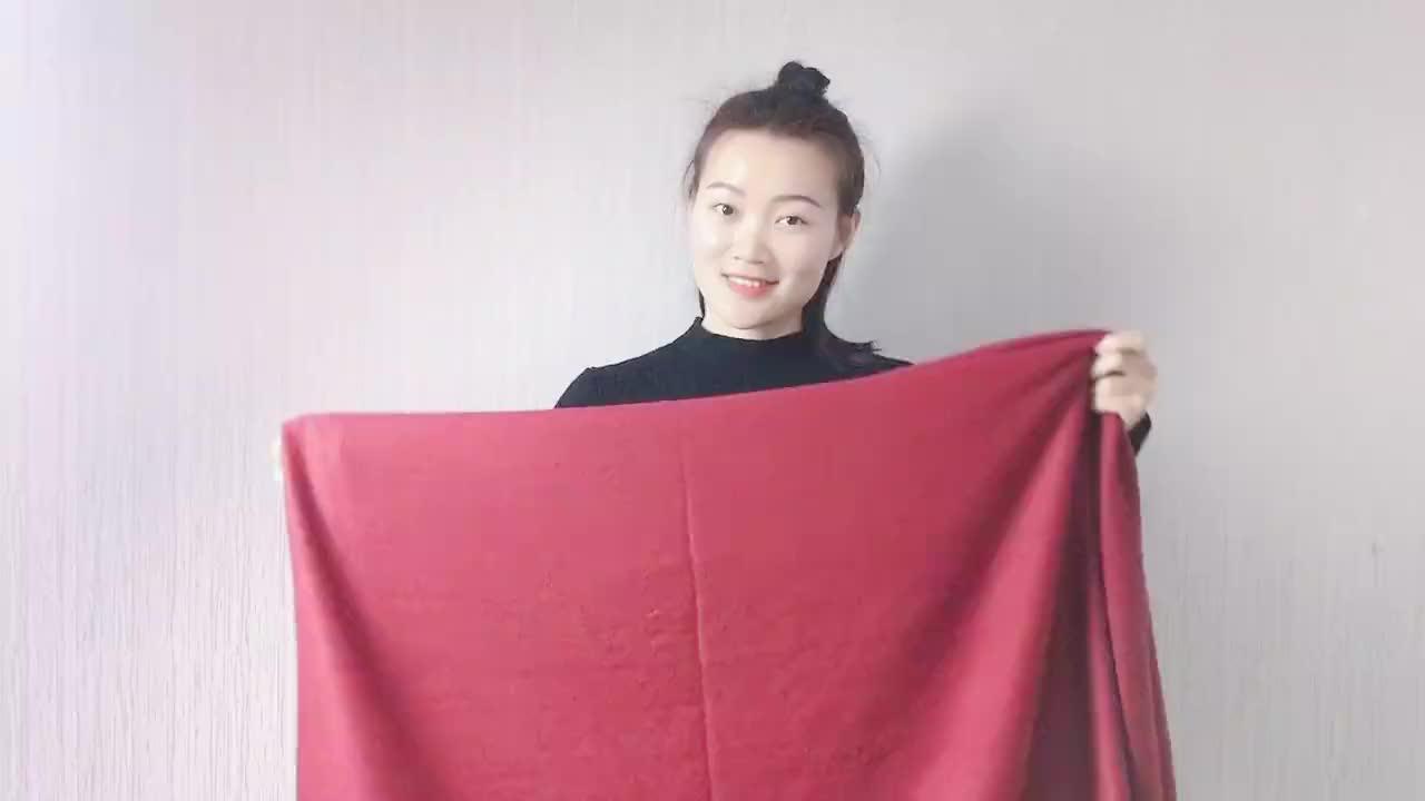 红色羊绒围巾还能这样系太显气质了搭配黑色连衣裙高级极了