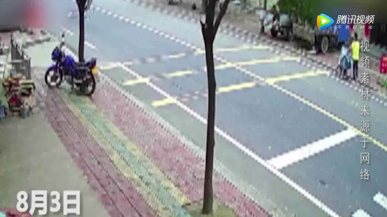大马路上突然飞来一个大轮胎,监控拍下悲剧一幕