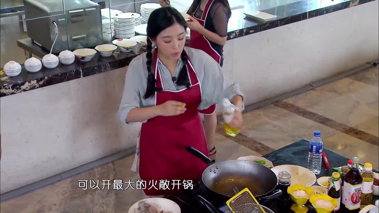 汪涵节目一个小细节,赵丽颖做菜,永远让何炅第一个尝试!