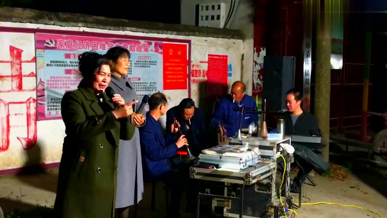 邓州市美女老师演唱家乡戏曲《河南宛梆》,唢呐伴奏,唱得很专业