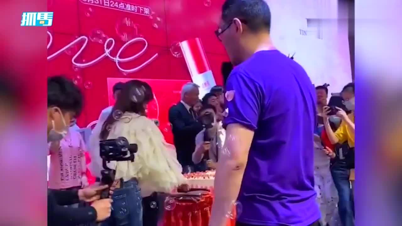 林瑞阳61岁生日,张庭连续三天给她过寿,亲手推蛋糕秀恩爱