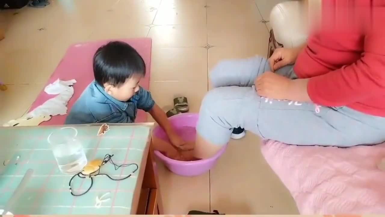小宝宝竟主动给奶奶洗澡,看到这个画面估计奶奶会很开心