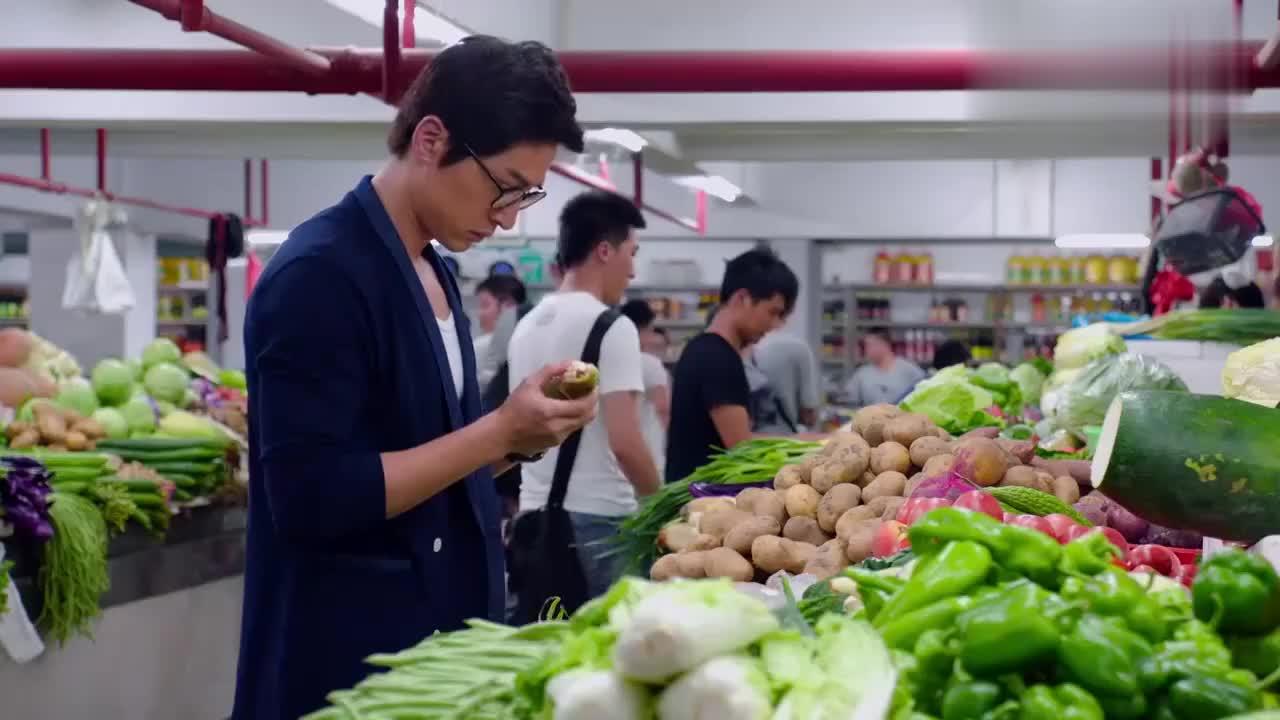 猎场:胡歌饰演的郑秋冬菜市场买菜,和菜贩讨价还价,太逗了
