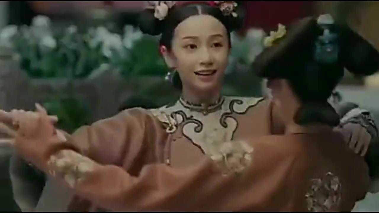 妃子让丫鬟陪着自己跳交际舞,没想皇上来了还陪着一起跳