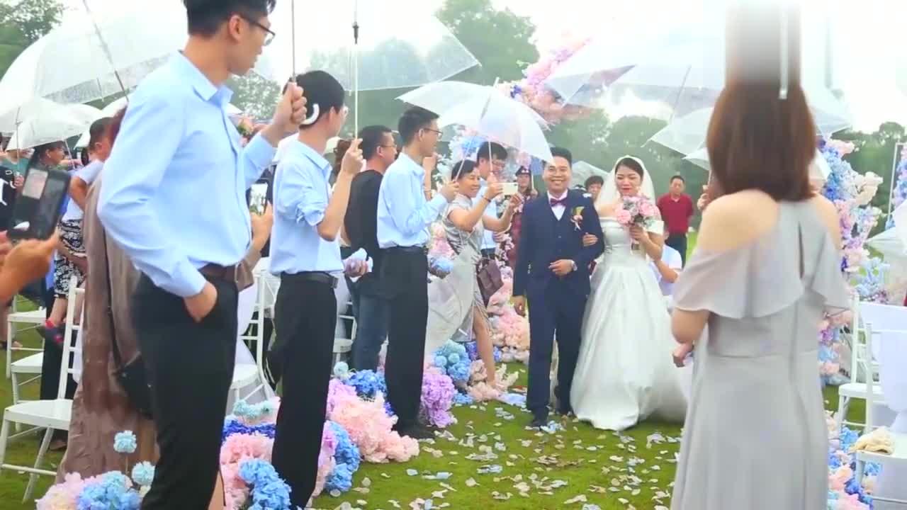 广东新郎和湖北新娘10年爱情长跑,新郎真情表白,新娘泪流满面