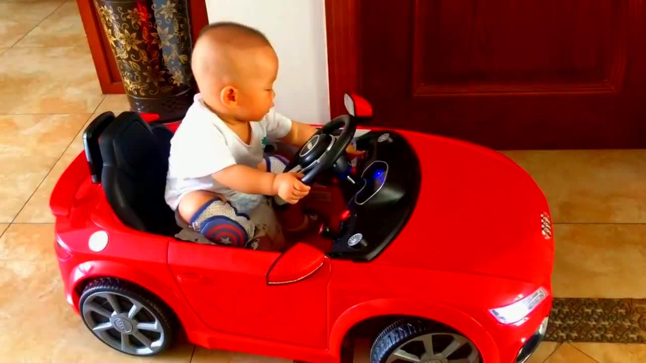 11个月大的娃开小汽车,开电源,系安全带,放音乐,没一个落下的