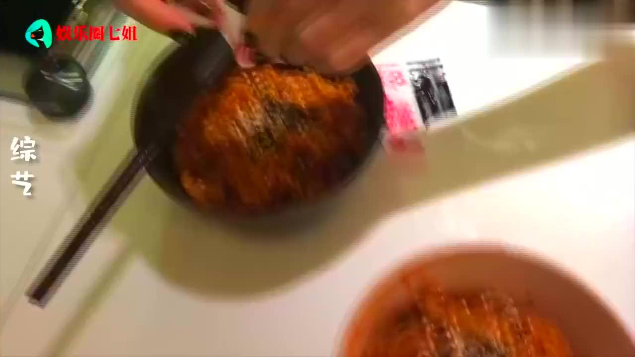 """明星挑战吃火鸡面,王俊凯被辣到""""喷火"""",陈立农直接被辣吐"""
