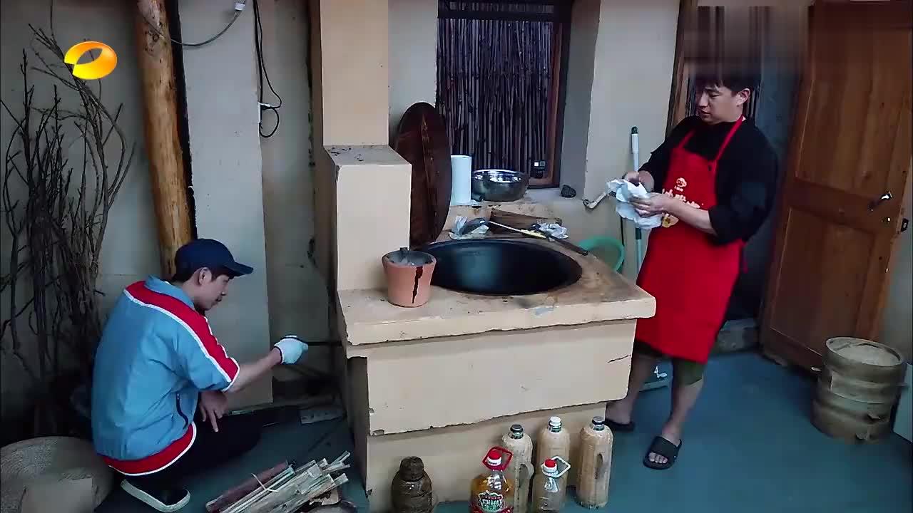 黄磊做鲫鱼汤和红烧肉,大伙站一圈围观,真是看得口水都流出来了