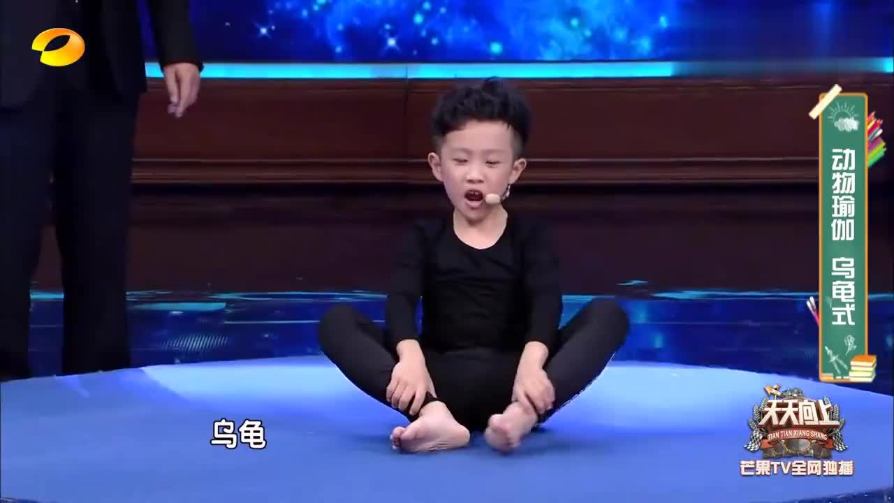 王一博学瑜伽做乌龟动作,已经完全放弃挣扎,太难了腿都抖得!
