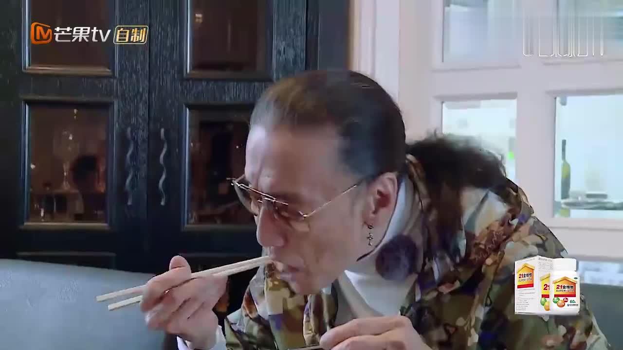 谢贤和孙子吃晚饭,沙丁鱼配极品大龙虾,简直是帝王级的待遇!