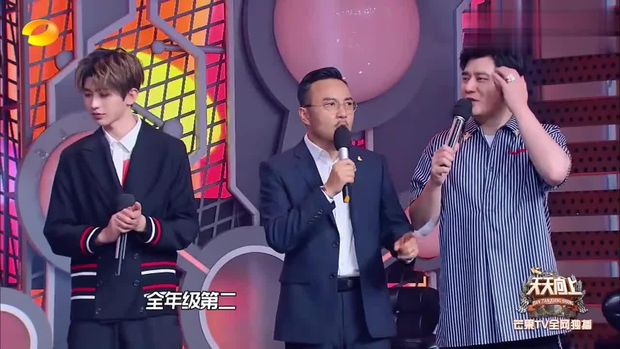 蔡徐坤现场猜谜语,表情好可爱一脸懵圈,粉丝急得台下给提示