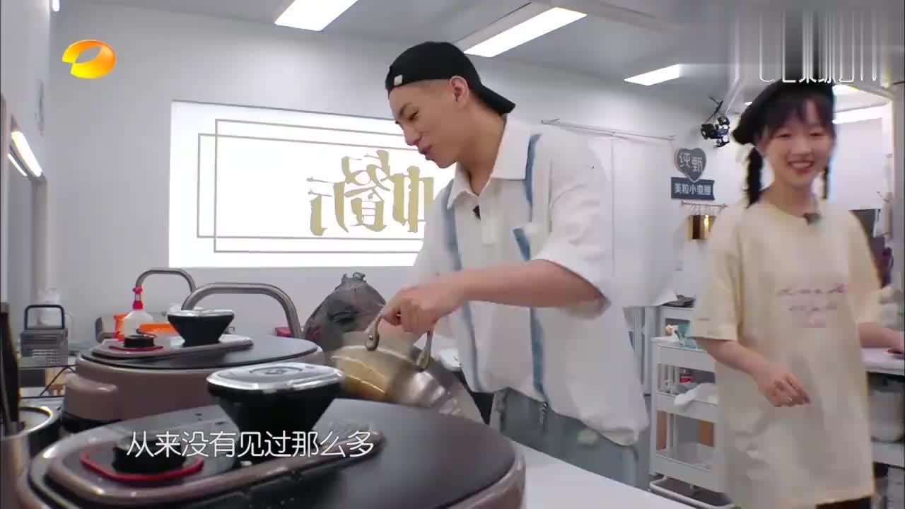 厨房里来了两位大帅哥,李浩菲一脸兴奋,谁料竟是张亮的徒弟!