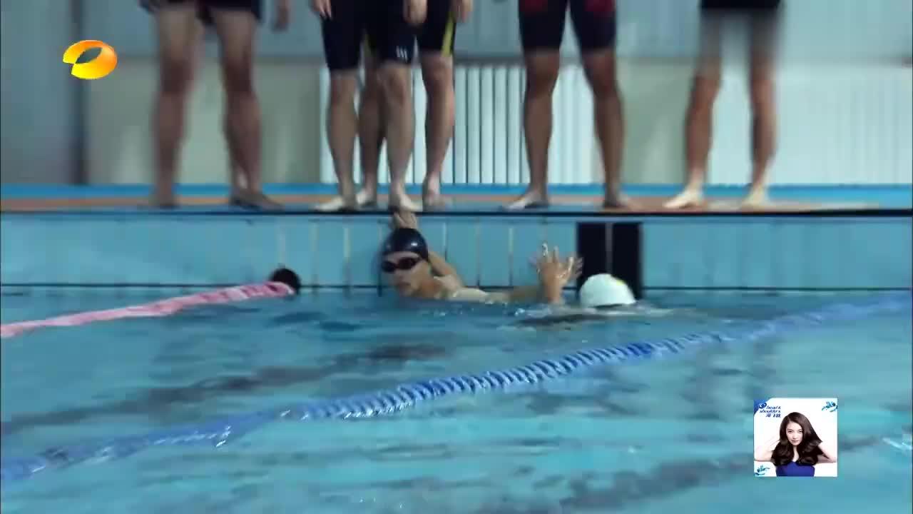 真正男子汉:沈梦辰秀泳技,动作太大水花溅满整个泳池,笑死我了