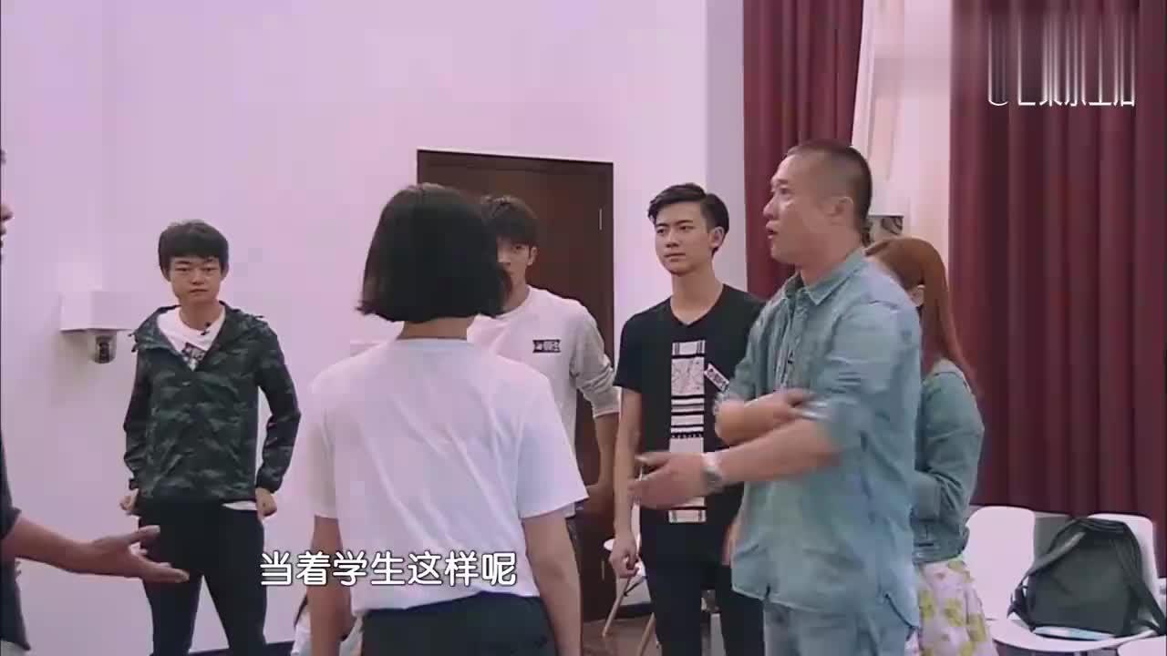 黄志忠摔凳子走人,刘芸怒斥袁姗姗:我们活该来陪课!