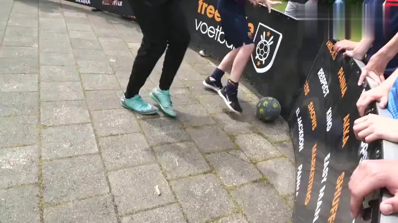 巴萨训练营的孩子们秀球技!花式足球单挑!