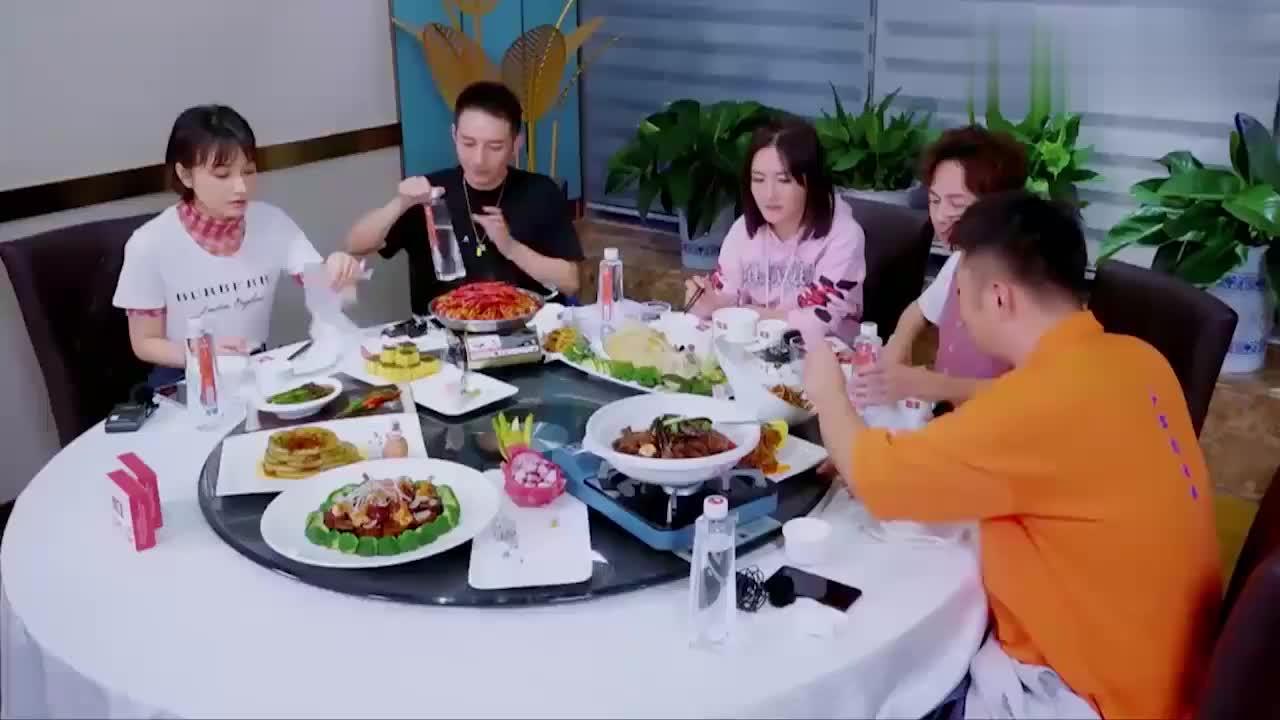 快乐家族为谢娜饯行,一听她担任团长管理团费,何炅:回得来吗?