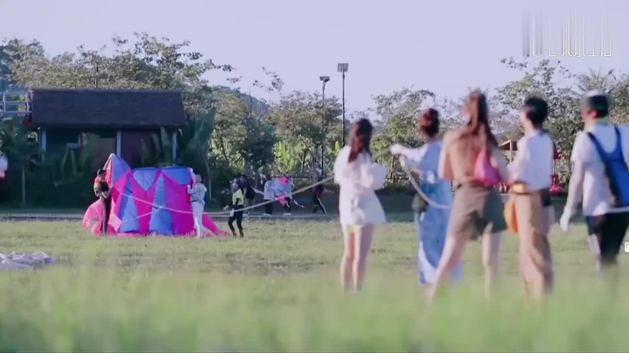 吉娜放风筝差点带跑,急得飚出东北话,郎朗一脸宠溺!
