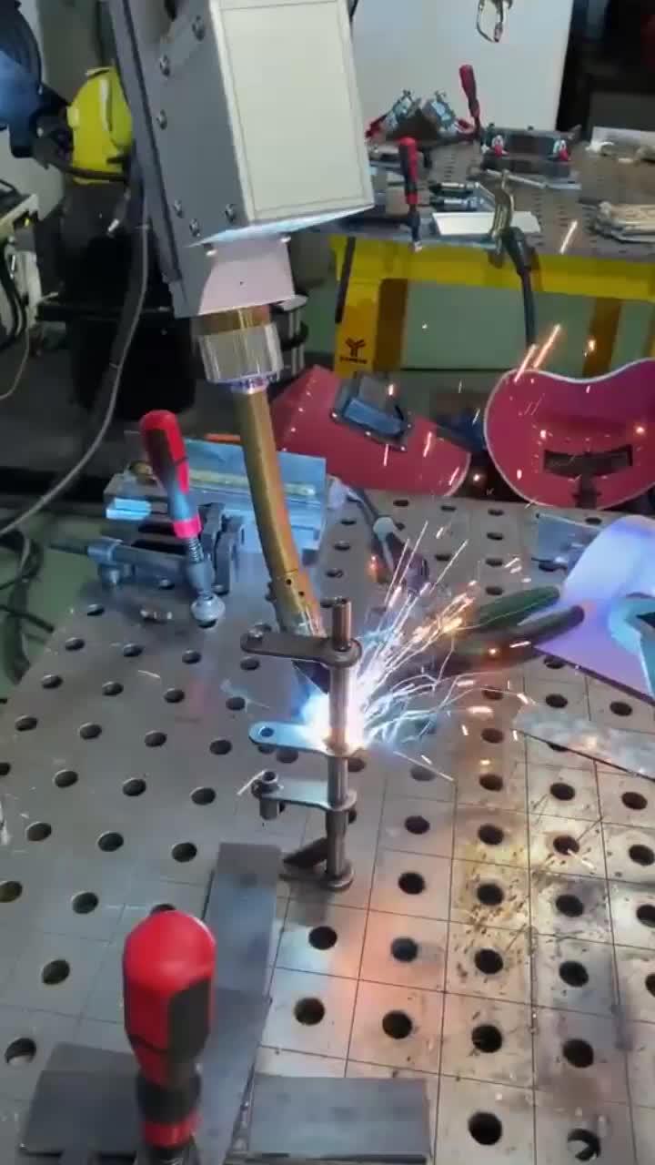 工业机器人焊接,焊得很漂亮啊