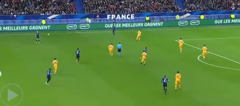 法国左路精准传中,吉鲁头球攻门,可惜擦柱而出了