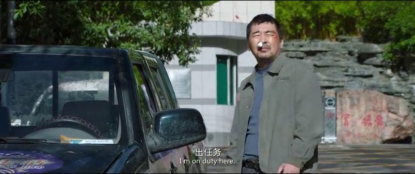 男子被贴罚单叫嚣,谁料见到交警马上就认怂,锁上车门不敢下车
