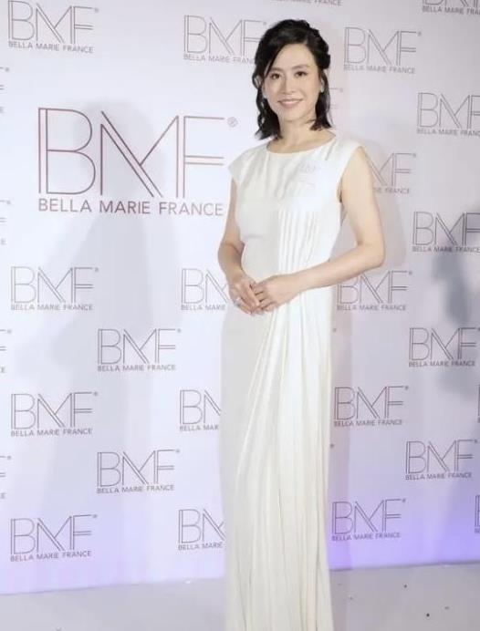 宣萱状态真的好,穿身白色长裙端庄又高贵,一点不像年近半百的人
