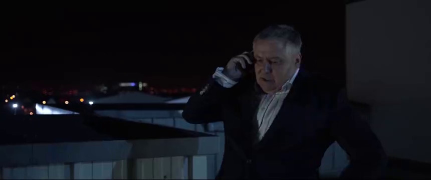 保安站铁轨想要自杀,男主飞扑将其救下