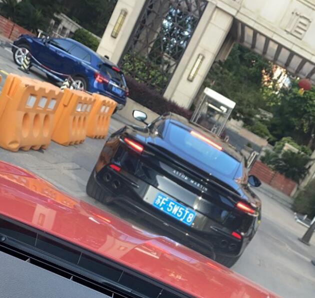 南通崇川区某豪宅实拍阿斯顿马丁DBS跑车,外观奢华感十足!