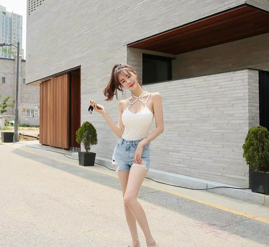 金惠美:白色吊带背心,性感超短牛仔裤