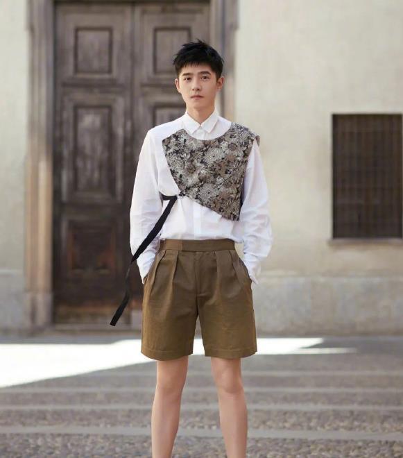 刘昊然偏爱白衬衫,单眼皮外形下,展现他青春少年感魅力