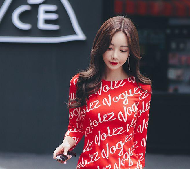 孙允珠女装美图:红色修身字母印花商务连衣裙,尽显商务气质
