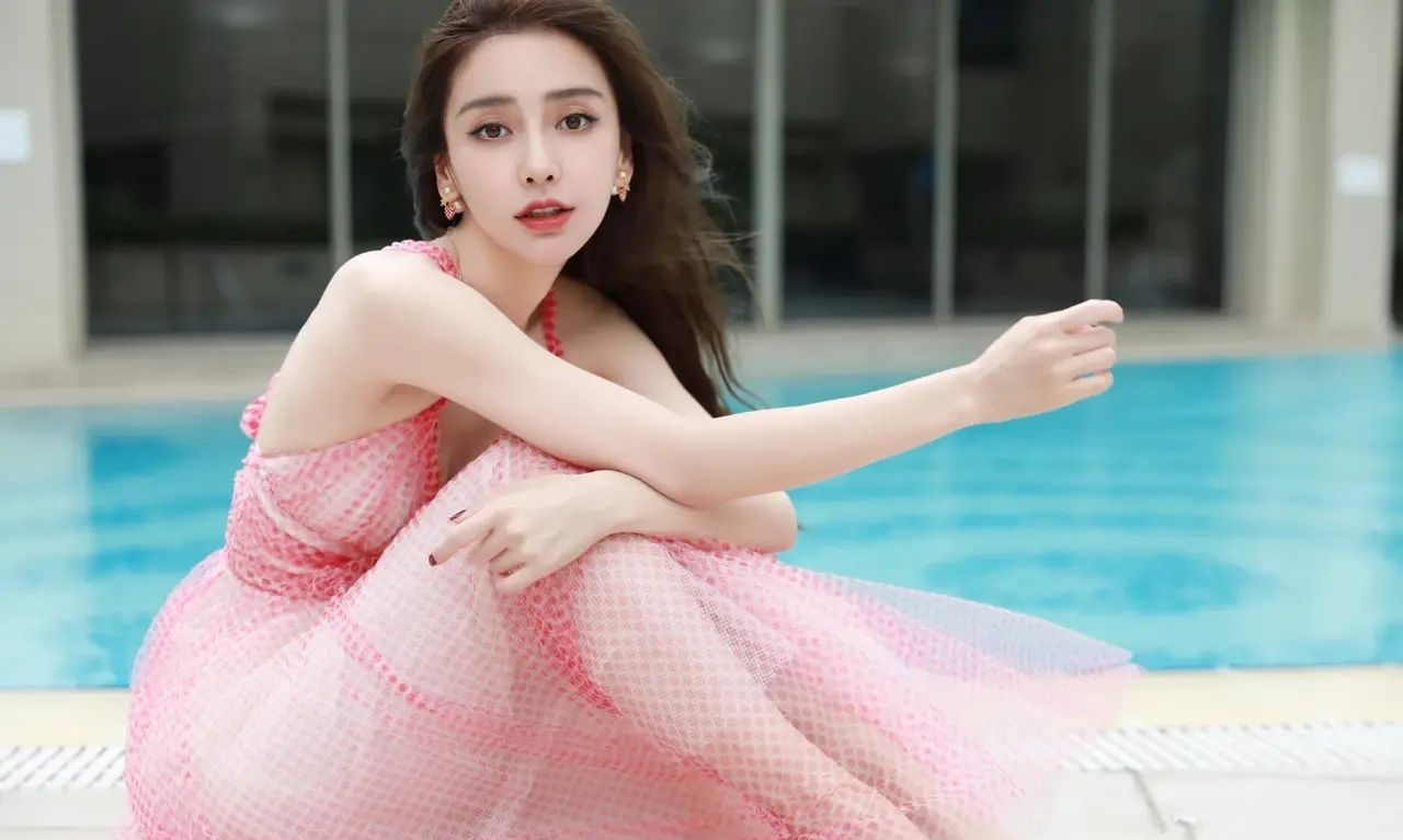 粉色的杨颖(Angelababy)美轮美奂,难怪被富豪追捧