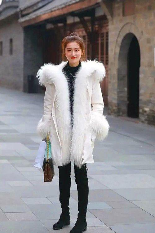 冬季街头的时尚美女,厚重的装束依然身型俏丽,有女神的风采
