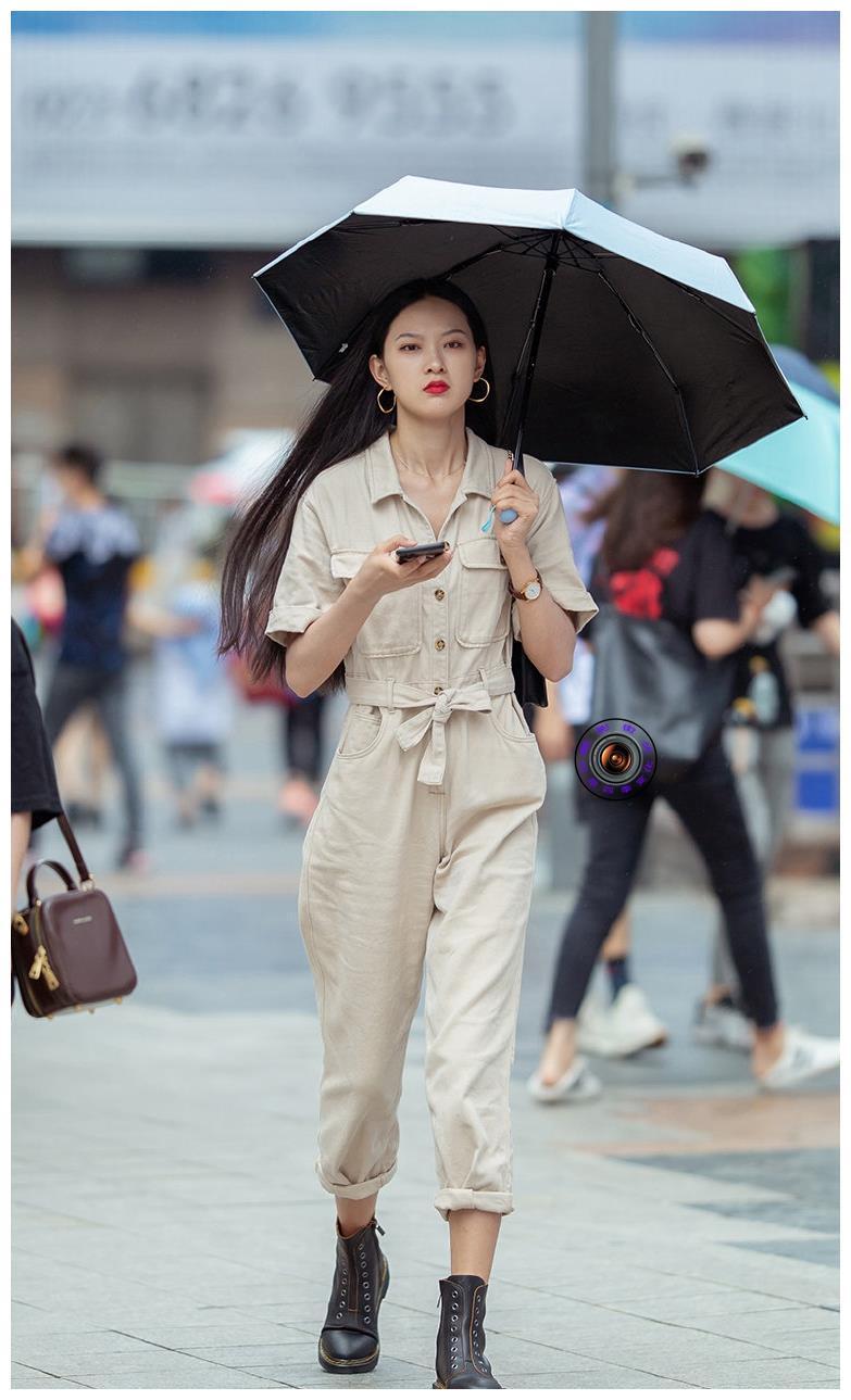 穿靴子的季节到了, 美女用马丁靴搭配工装连体裤, 展现酷飒之美