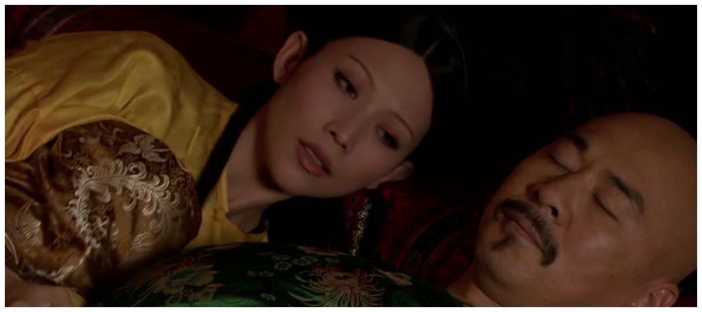 甄嬛传:皇后晚上卸妆时,为何要亲自动手摘耳环?这是妻妾差别?