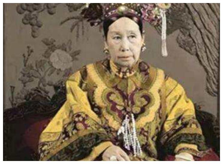 继慈禧太后,又出现个英女王,把钱拿去修园子,却不管造军舰