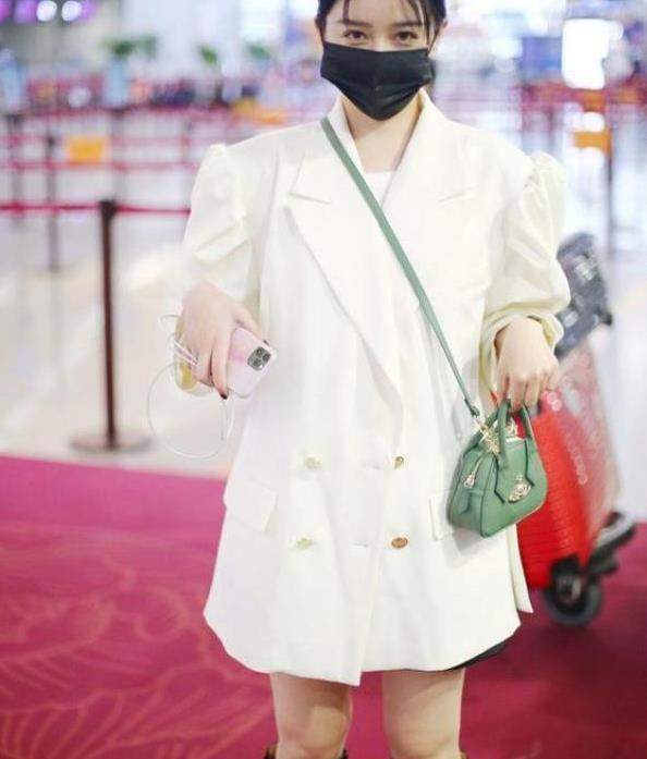 阚清子被经纪人逼着减肥,穿白色西装裙配高筒靴,生图一点都不胖