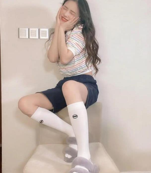 林允少女风穿搭满分,彩色条纹T恤配黑色短裤,呆萌表情太可爱